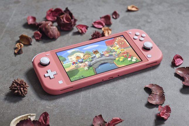 Photo de la Nintendo Switch Lite en édition Corail